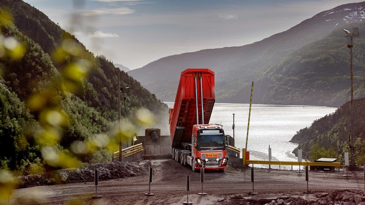 Six autonomous Volvo FH trucks will transport limestone over a five-kilometre stretch through tunnels between the Brønnøy Kalk mine and the crusher.